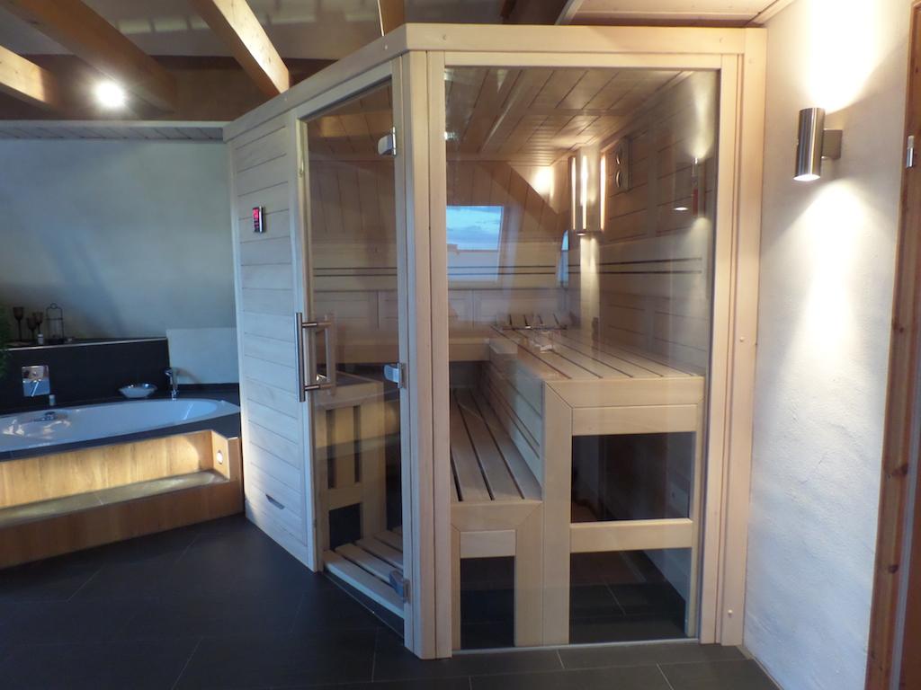 Massivholzsauna in modernem Design mit Glaselementen